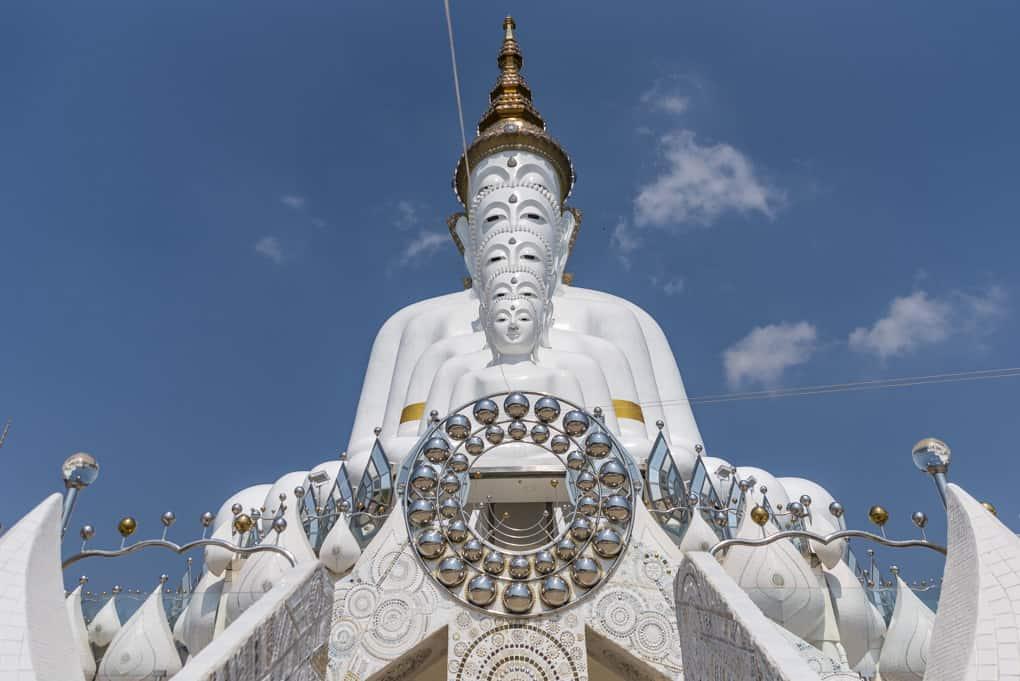 die 5 hintereinander sitzenden Buddhas im Wat Pha That Pha Son Kaeo