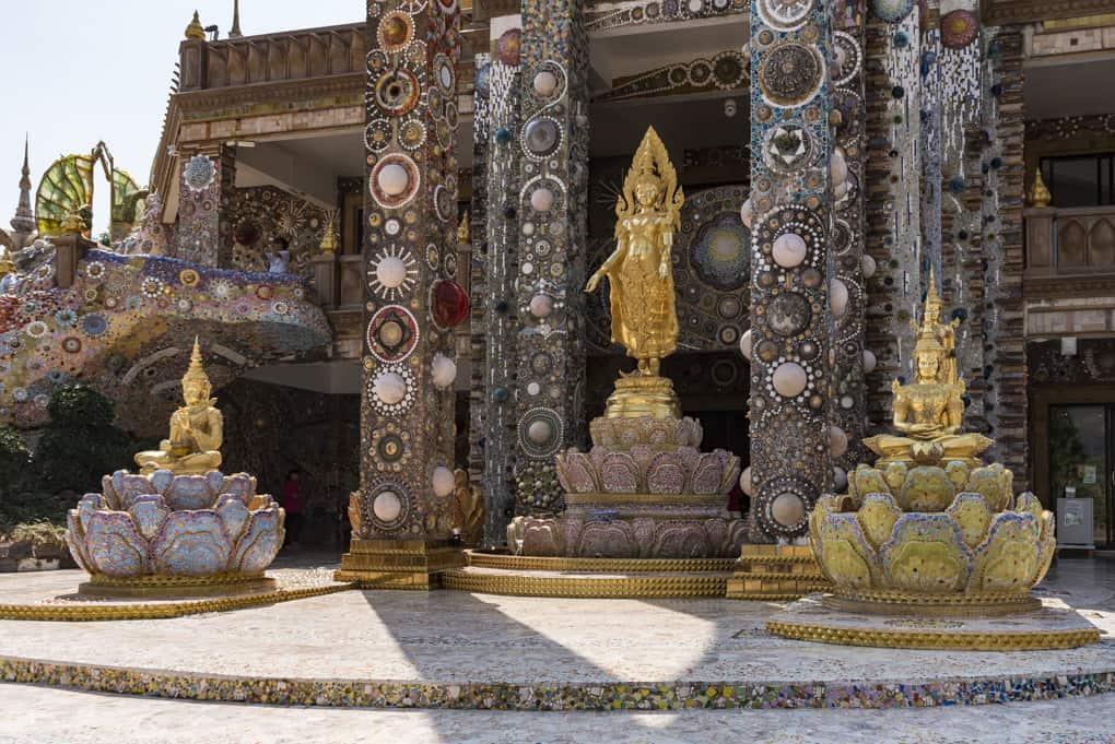 Eingangsbereich des Mosaiktempels Wat Pha That Pha Son Kaeo mit dem stehenden Buddha