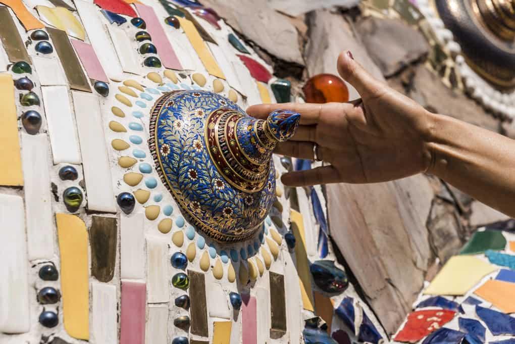 Bunter Deckel einer Urnenschale als Dekoelement im Tempel