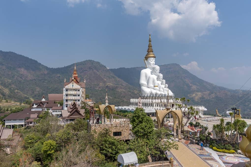 Gesamtansicht des Tempel Wat Pha That Pha Son Kaeo in Khao Kho