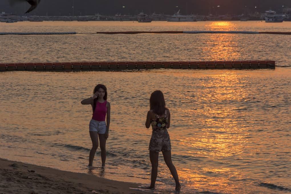 Zwei Frauen am Strand von Pattaya Beach