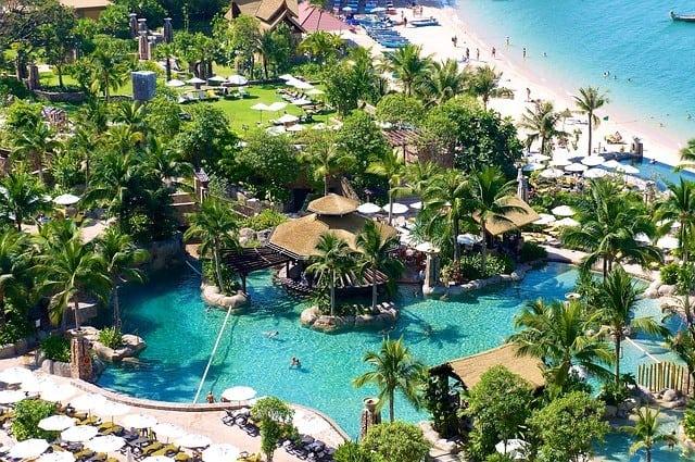 Traum-Hotelanlage mit Pool und blauem Meer gibt es genug in Thailand