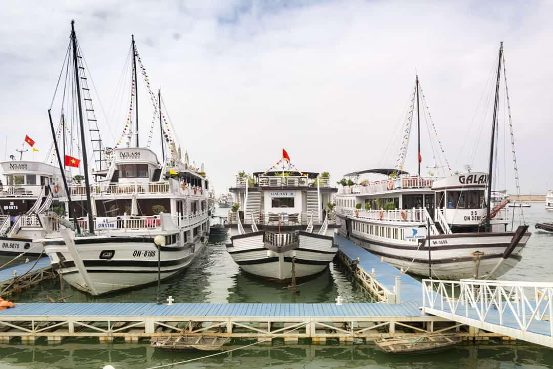 Schiff als schwimmendes Hotel bei der 2 Tagesrundfahr der Halong Bucht
