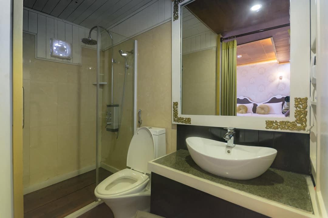 Badezimmer auf unserem Schiff in der Halong Bucht
