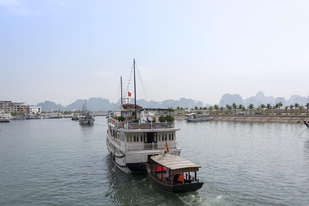 Hintereinnander verlassen die Schiffe den Hafen zu der Rundfahrt in der Halong Bucht