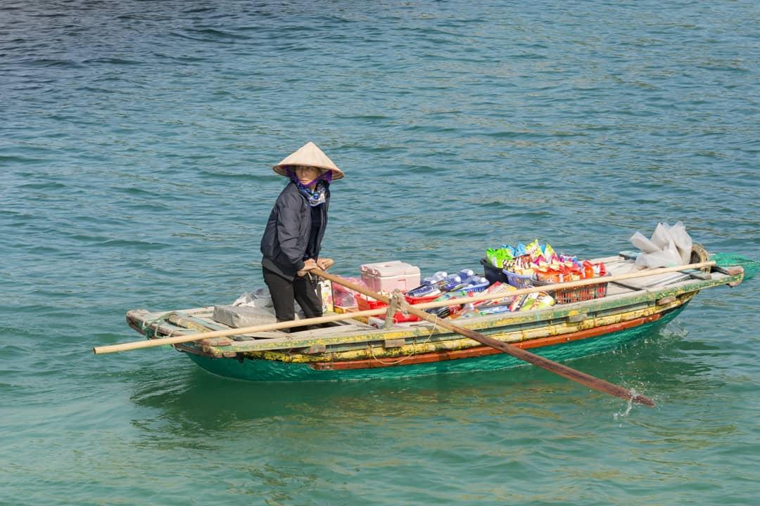 Geschäftstüchtige Vietnamesin beliefert die Touristenboote