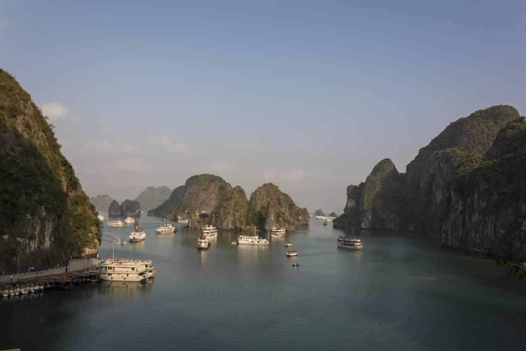 Ausblick über die Bucht von der Höhle Hang Sung Sot aus