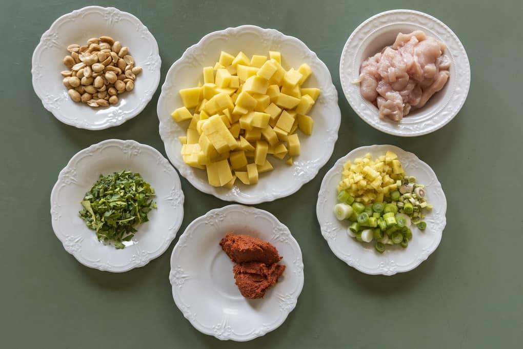 Die vorbereiteten Zutaten zum Massaman-Curry