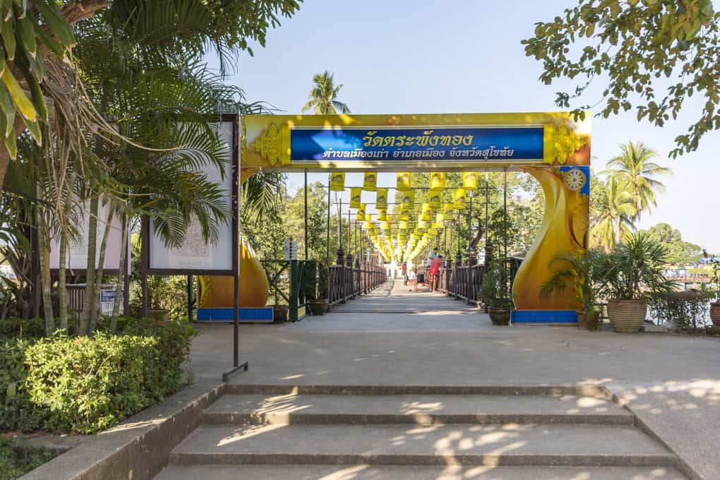 Eingangstor mit der Brücke zum Wat Traphang Thong