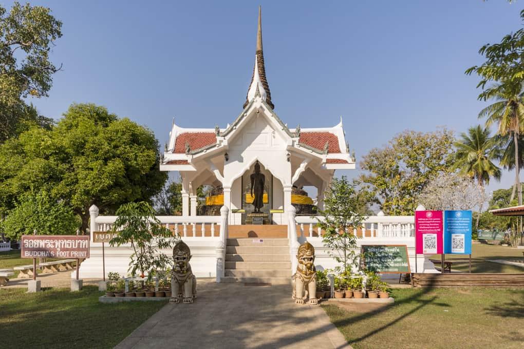 Pavillon mit der Buddha-Statue und davor mit dem Fußabdruck Buddhas