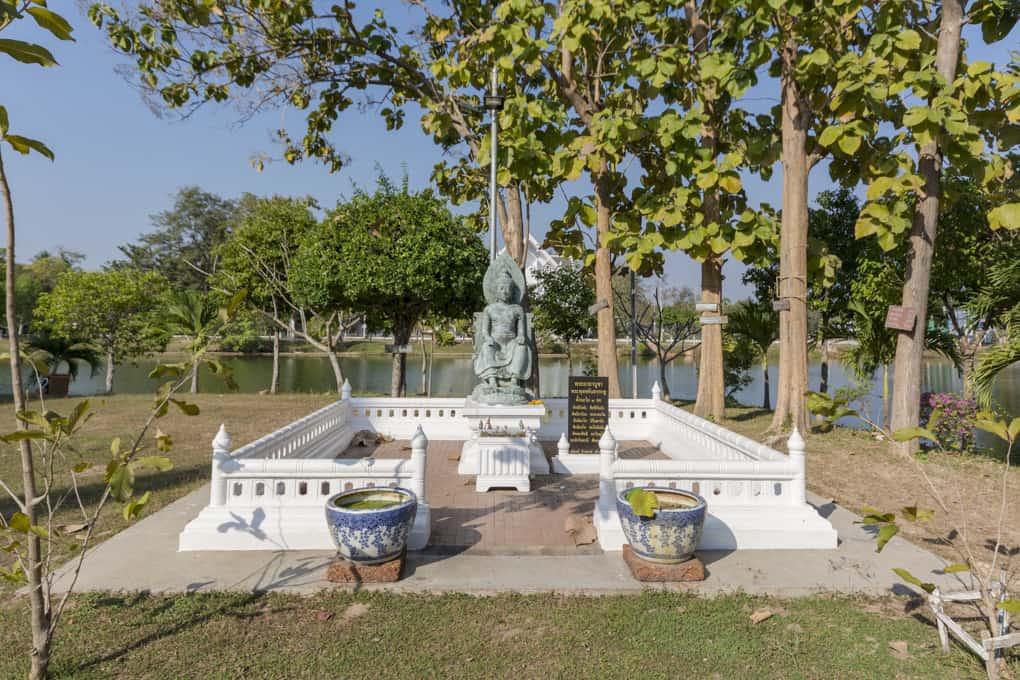 Weitere Buddha-Statue am See im Wat Traphang Thong