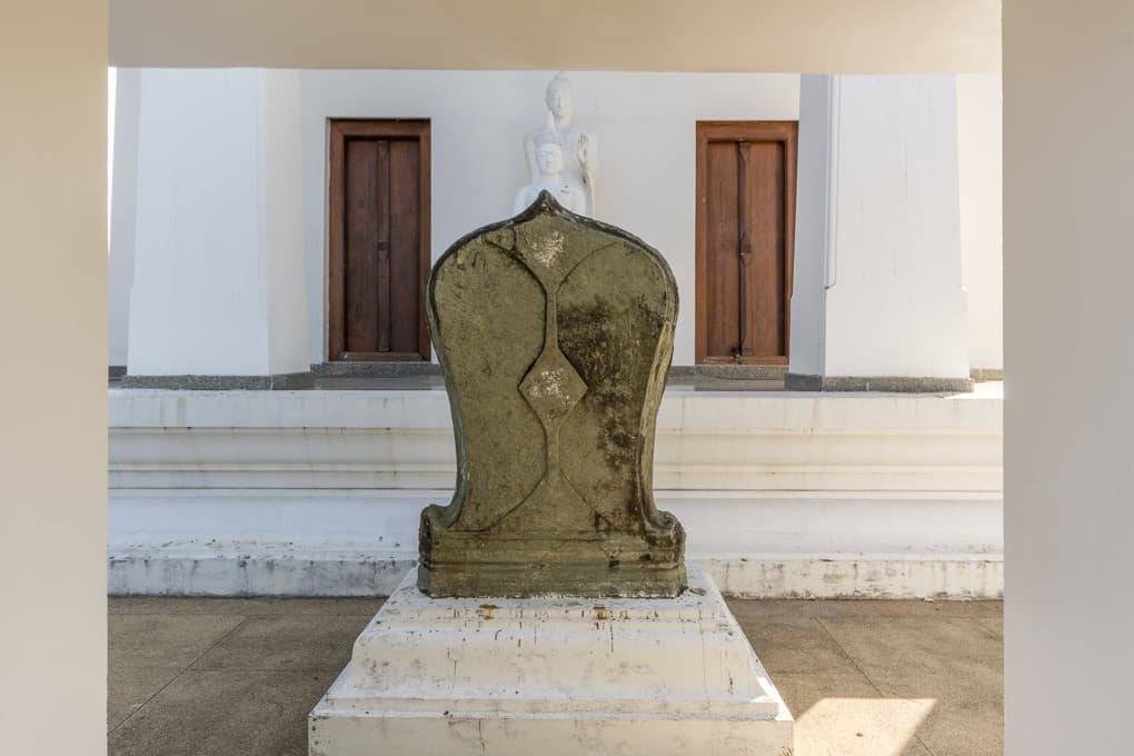 Einer der 8 Bot-Steinen der den heiligen Bezirk eines Tempels markiert