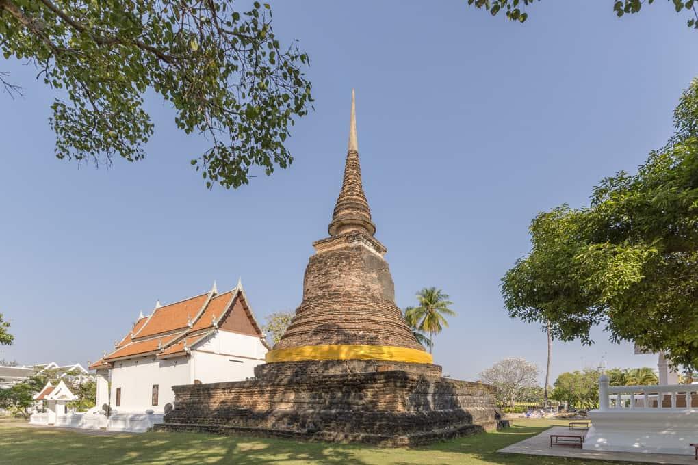 Wat Traphang Thong in Sukhothai mit dem Chedi und links dem bot