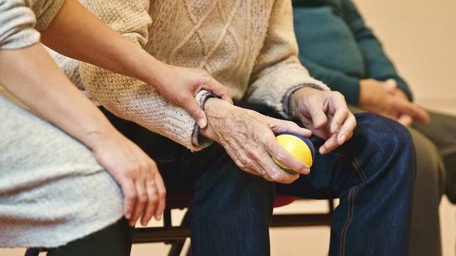 Händehaltend mit einer Thailänderin alt werden