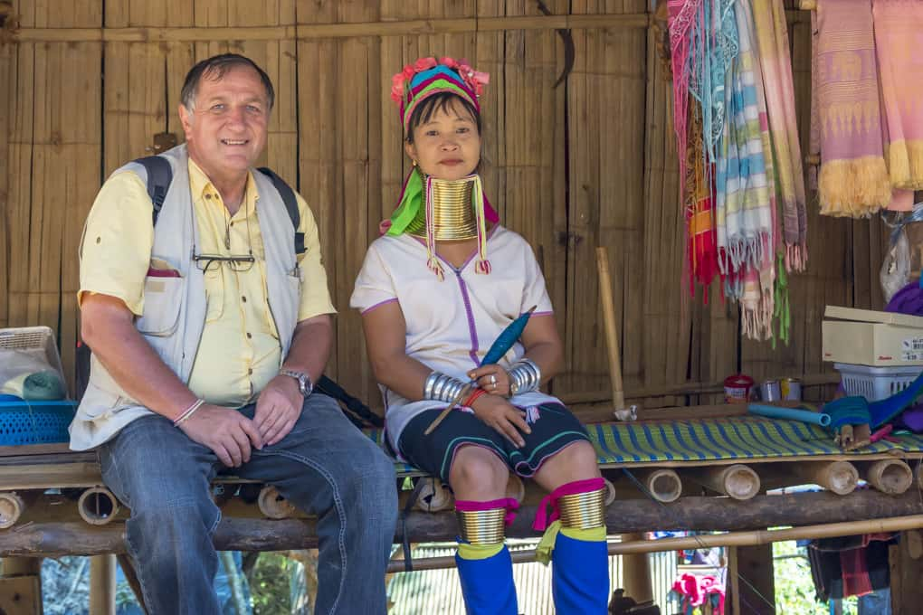 Bergvölker Langhalsfrau mit Reiner in Nordthailand