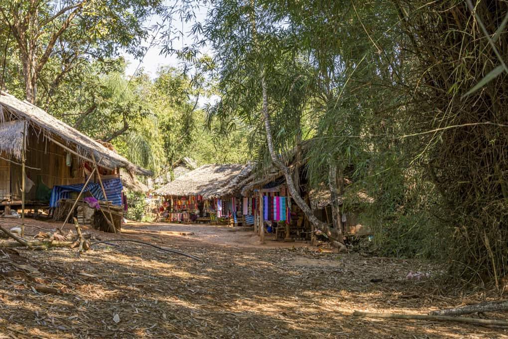 Verkaufshütten in einem Dorf der Bergvölker in Thailand