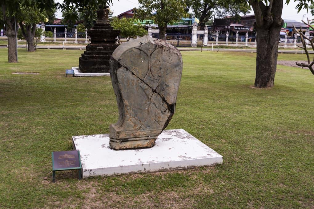 Botstein eines historischen Tempels im Ramkhamhaeng National Museum Sukhothai