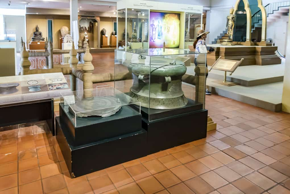 Beeindruckende Ausstellungsstücke aus Bronze im Ramkhamhaeng National Museum Sukhothai