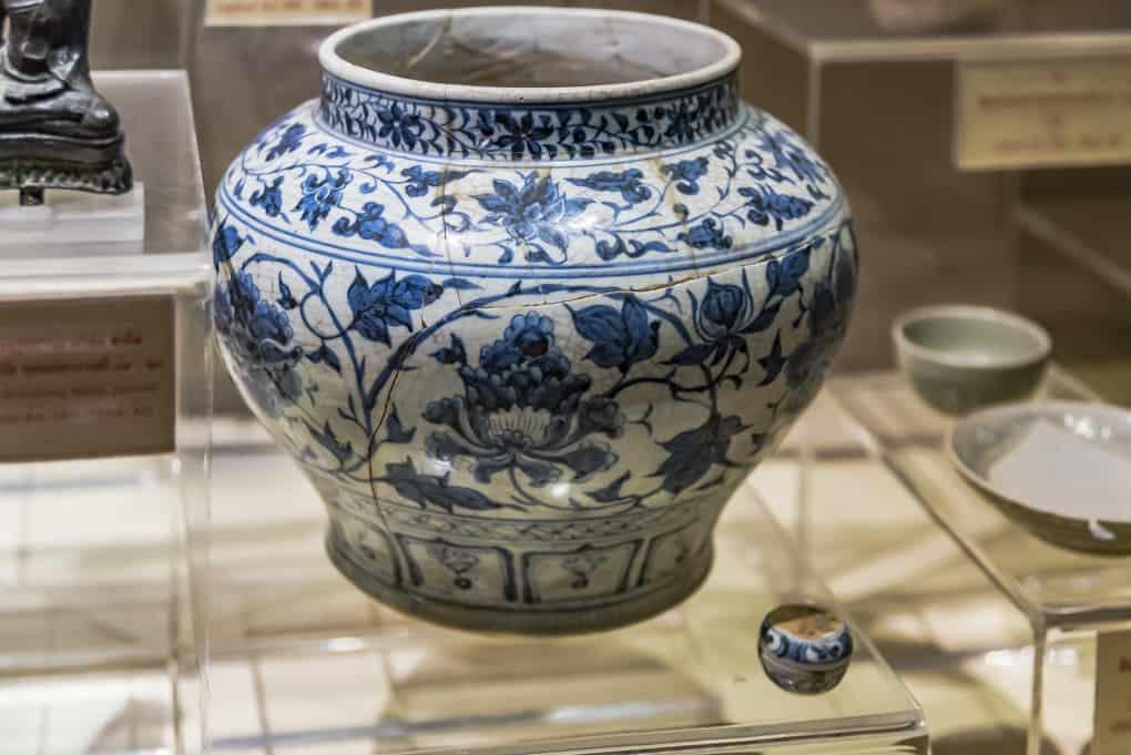 Restaurierter Topf ohne Deckel in der berühmten Blaumalerei aus Sukhothai