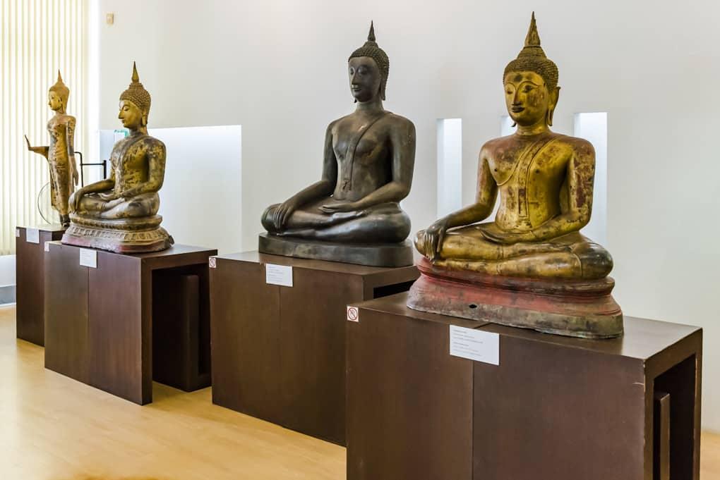 Gruppe mit unterschiedlichen Buddha-Statuen