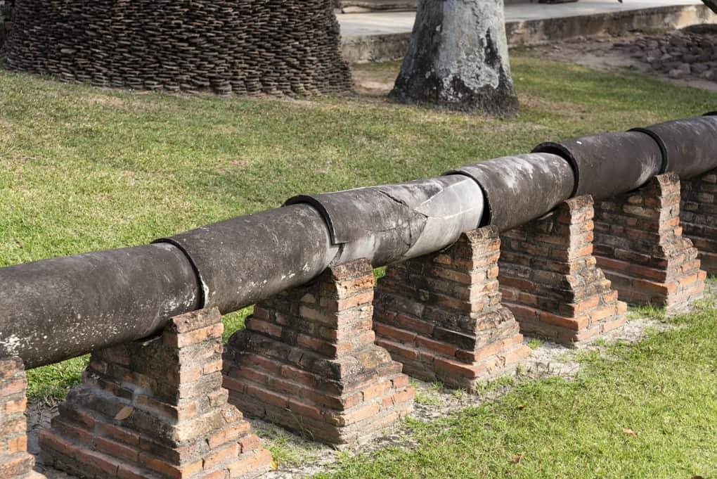 Wasserleitung aus Tonröhren im Museum in Sukhothai