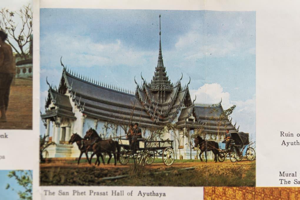 Pferdekutschen vor dem Replika Sanphet Prasat Palasthalle