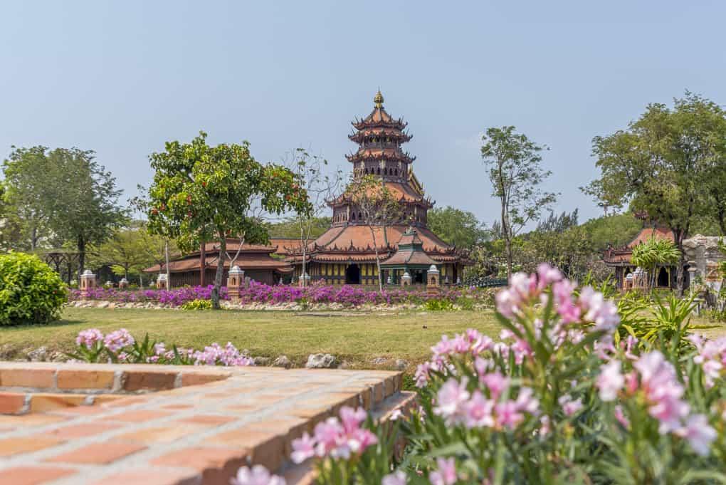 Malerisch liegt der Phra Kaew Pavillon im Gelände des Freilichtmuseums