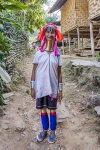 Kayan Frau mit ihrer farbenfrohen Tracht und den Messingringen Am Hals, Armen. und an den Beinen