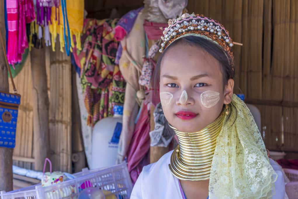 Junge Frau des Bergvolkes Kayan in Thailand