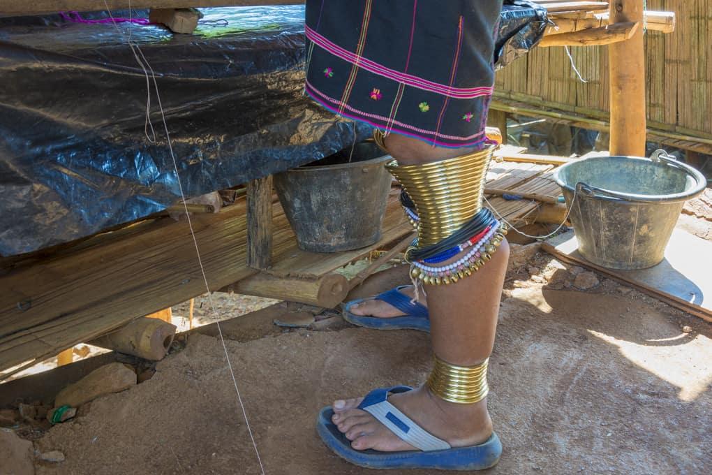 Messingringe einer Kayan Frau am Fuss