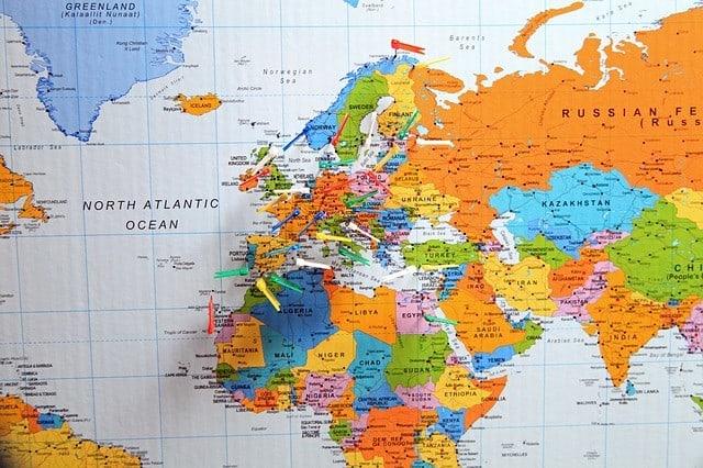 Pins und kleine Fahnen auf der Weltkarte - wie richtig reisen
