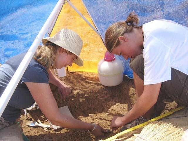 Junge Frauen auf einer archäologischen Ausgrabung