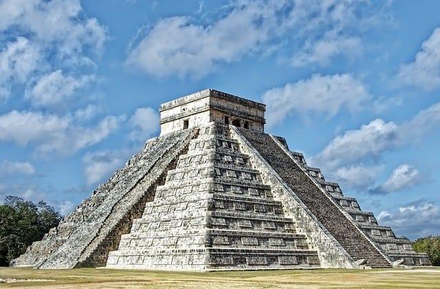 Mexico - Maya Pyramide in Chichen Itza vor blauem Himmel ein Quelle für die Archäologie