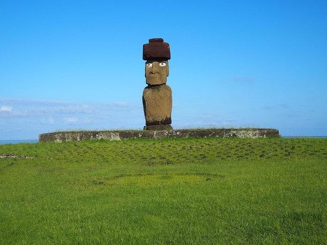 Moai - Steinerne Figur auf der Osterinsel. Die Archäologie fand den Grund für den Untergang dieser Kultur