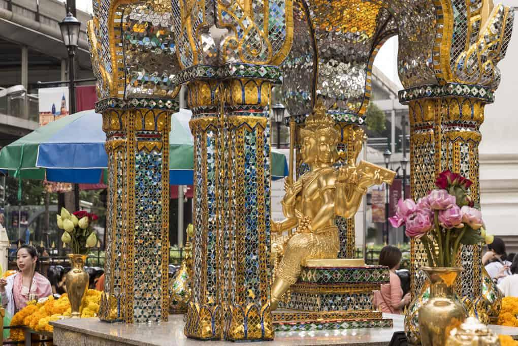Brahma mit vier Gesichtern und acht Armen im Erawan-Schrein in Bankok