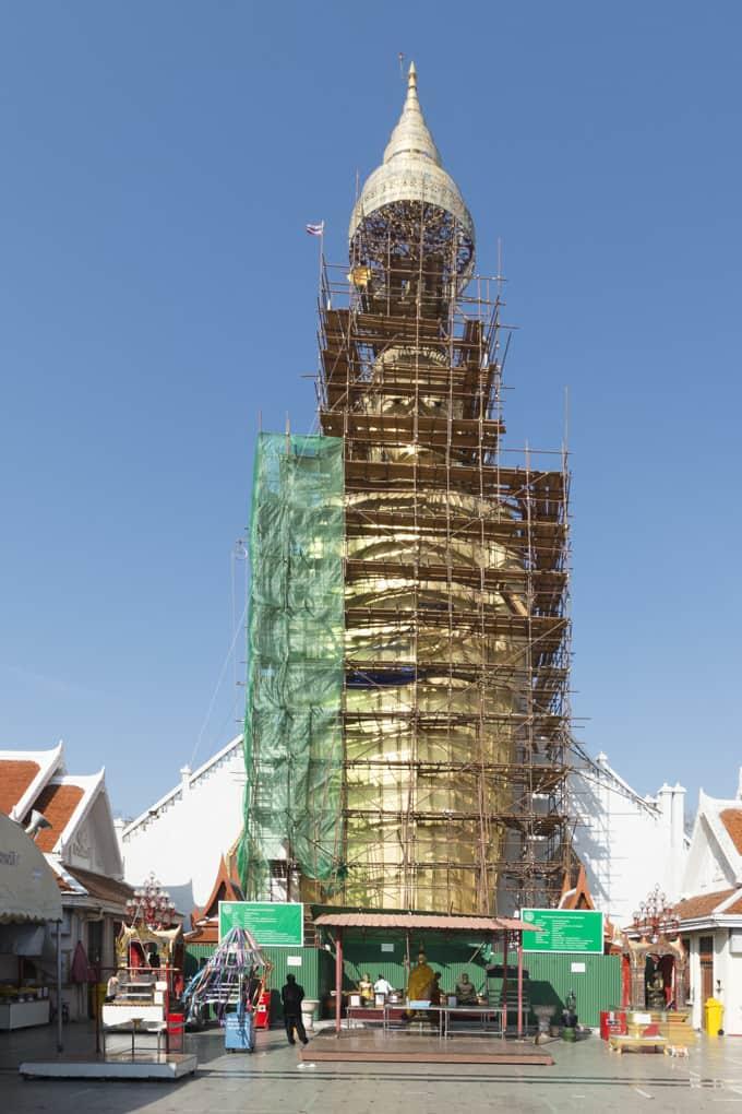 Intharawihan stehender Buddha eingerüstet