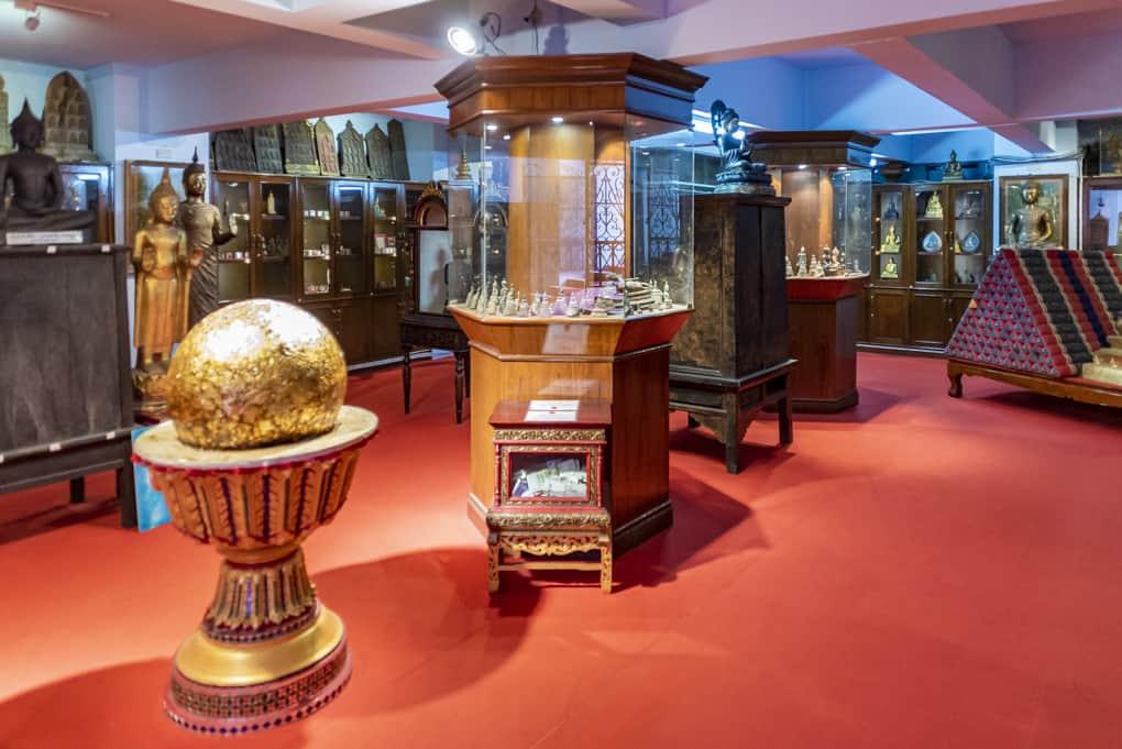 Sammlung in den Kellern des Wat Intharawihan