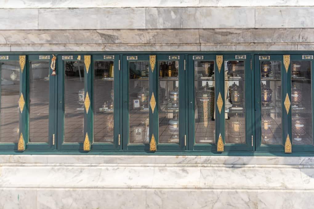 Aufbewahrungsschränke der Urnen aus dem Krematorium