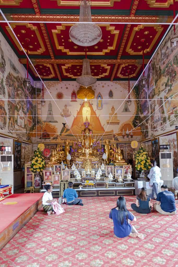 Wat intharawihan in Bangkok betende Menschen