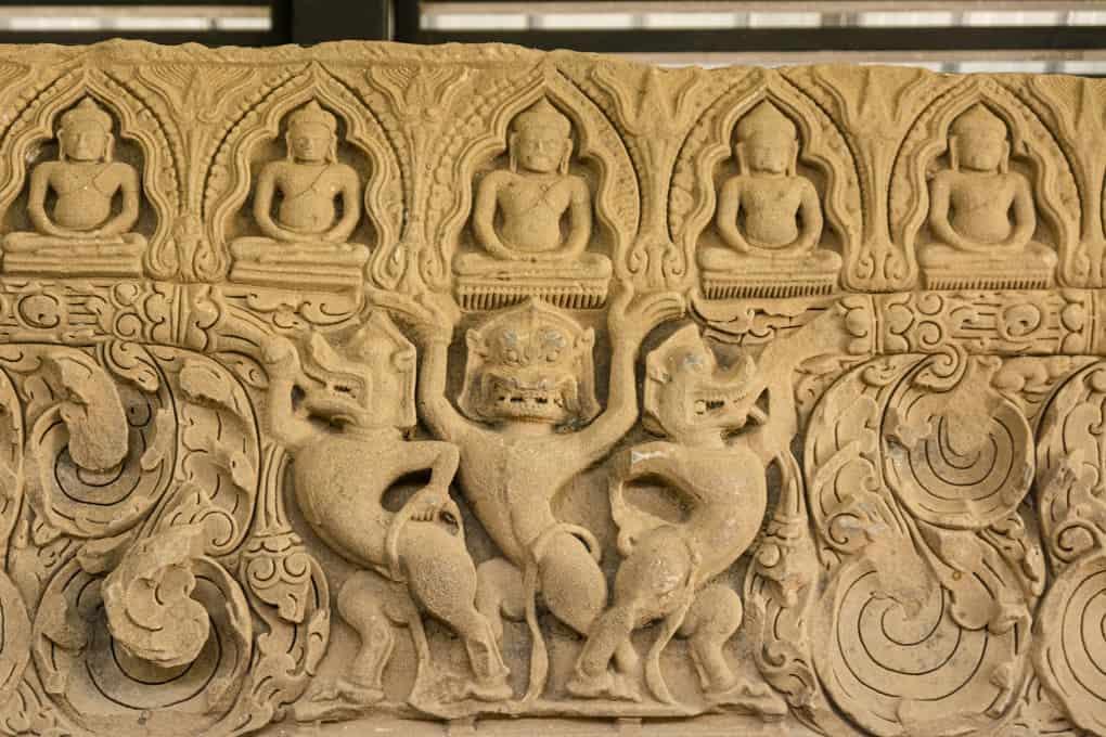 Türsturz mit Buddha-Darstellungen und Abbildungen der indischen Mythologie im Phimai National Museum