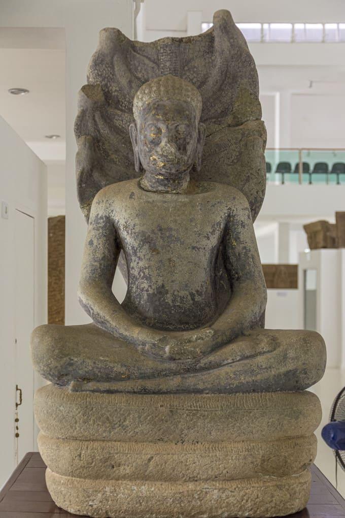 Buddha-Statue mit Naga-Schlange