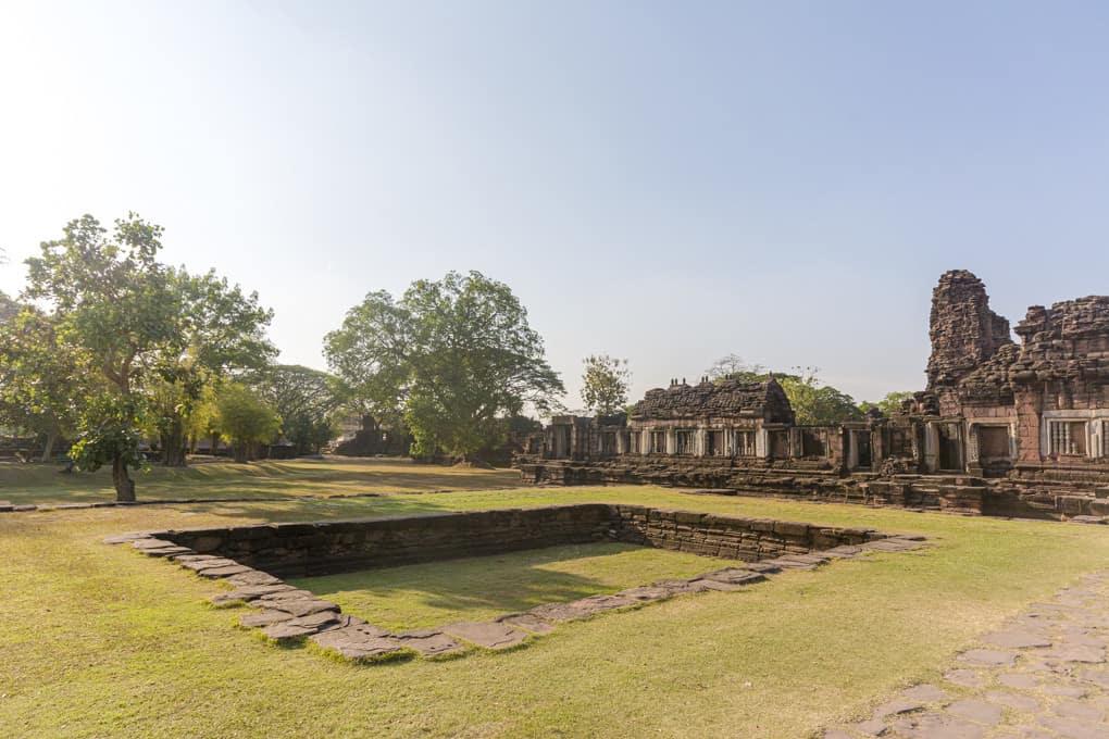 Wasserbecken auf den path way im Prasat Hin Phimai