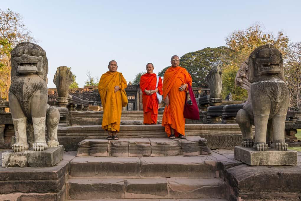 Mönche die den Prasat Hin Phimai besucht haben
