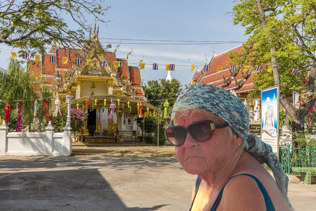 Frau vor einen Tempel