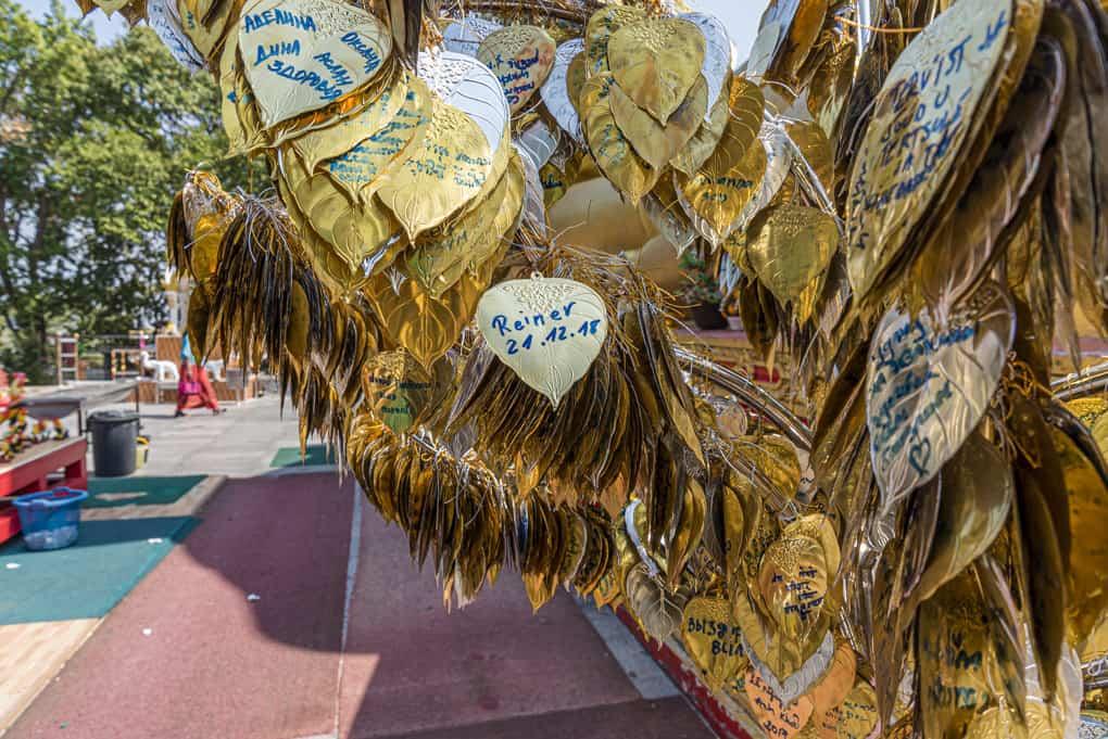 Beschriftete goldene Metallplatten in Form eines Boddhi Blattes
