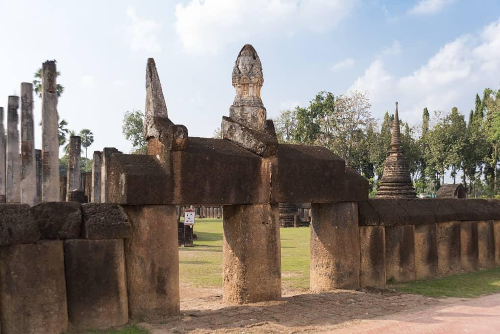 Tor aus Laterit-Säulen und Sturz mit einem kleinen Turm