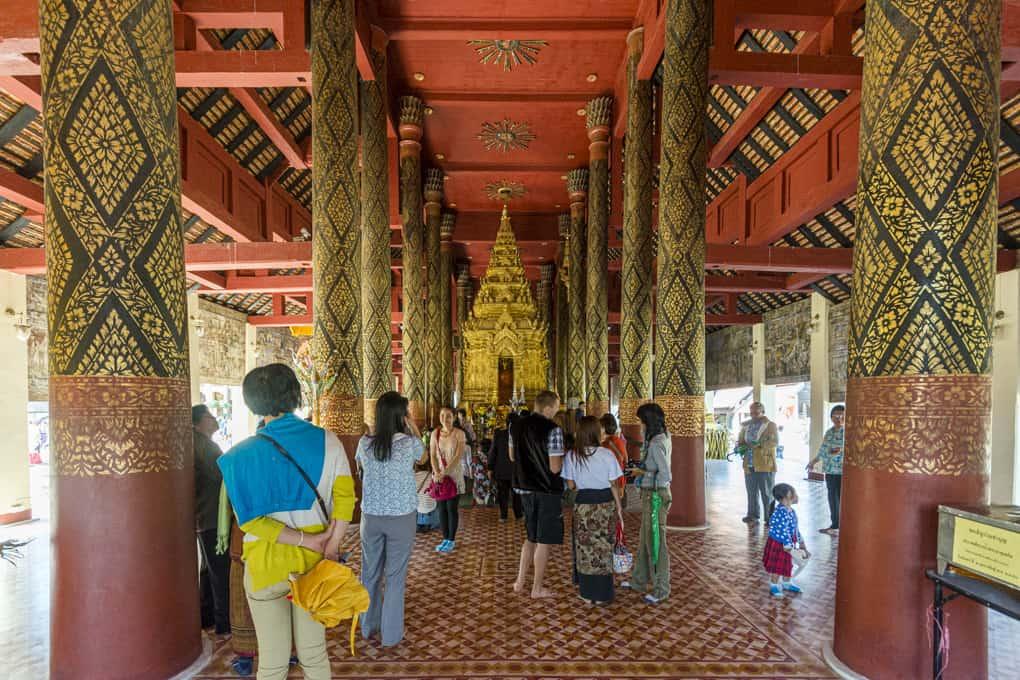 Einzigartiger Altar mit einer großen Buddha-Figur
