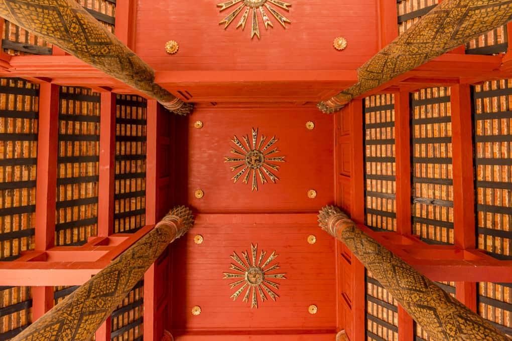 Dachkonstruktion im Wat Phrathat Lampang Luang