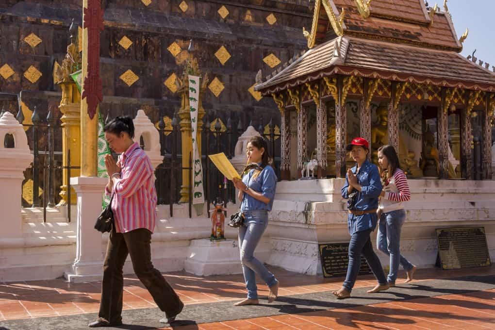 Betendet Buddhisten umrunden 3 mal den Chedie im Wat Phrathat Lampang Luang