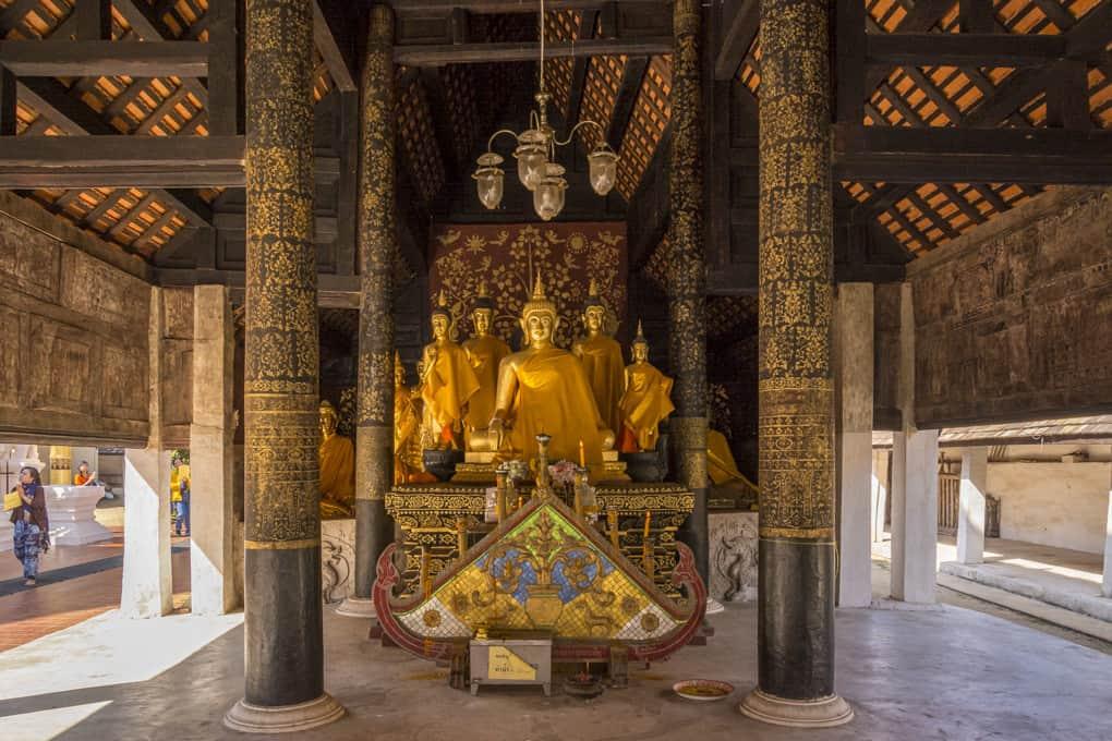 Gruppe Buddha-Figuren im Viharn Nam Tam